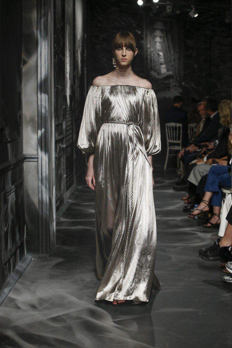 從一塊正方形的布演變出來的希臘長袍,也是DIOR高級訂製服的輪廓。圖/DIOR提...