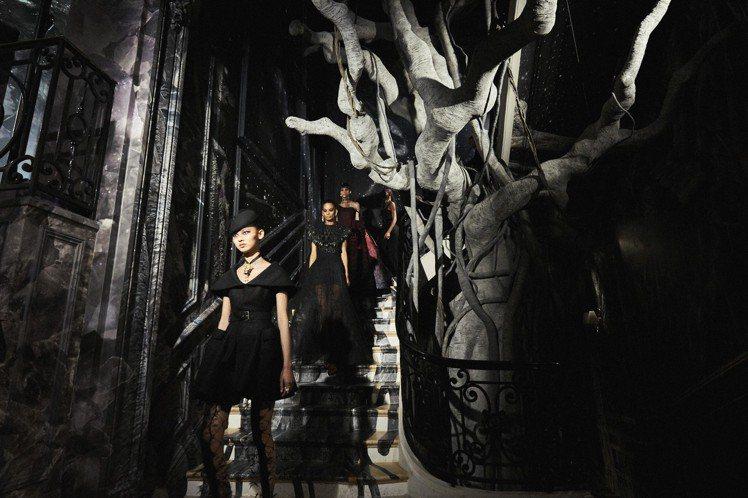 高訂秀選址品牌發源地蒙田大道30號宅邸,並以黑白色系的強烈風格展現。圖/DIOR...