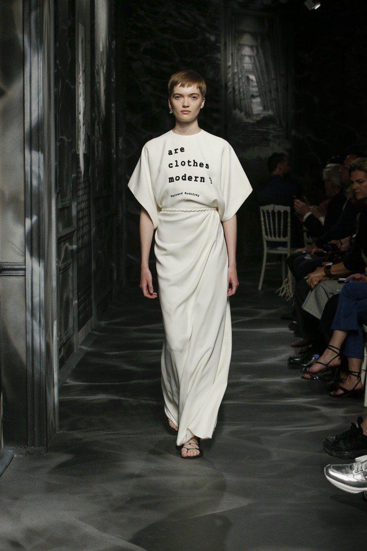 「服裝是否仍然時宜?」點出建築師伯納德對於服裝的詰問。圖/DIOR提供