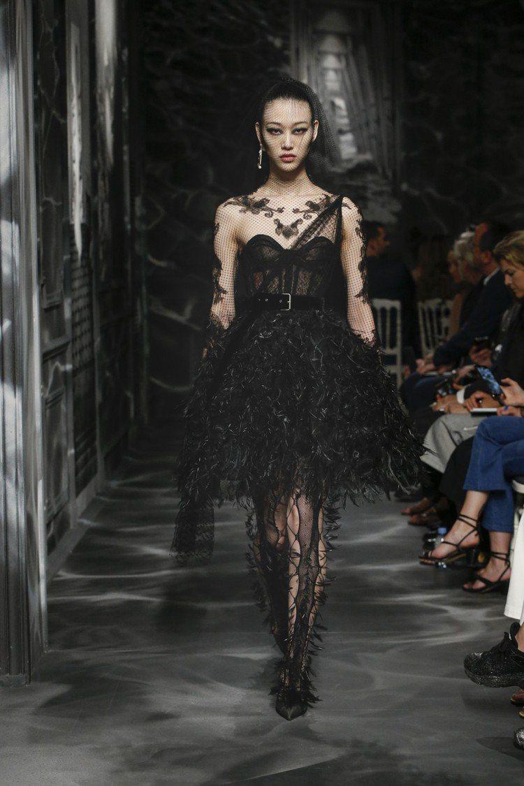 細緻精密、張牙舞爪的刺繡蕾絲,演繹黑色主調的衝突。圖/DIOR提供