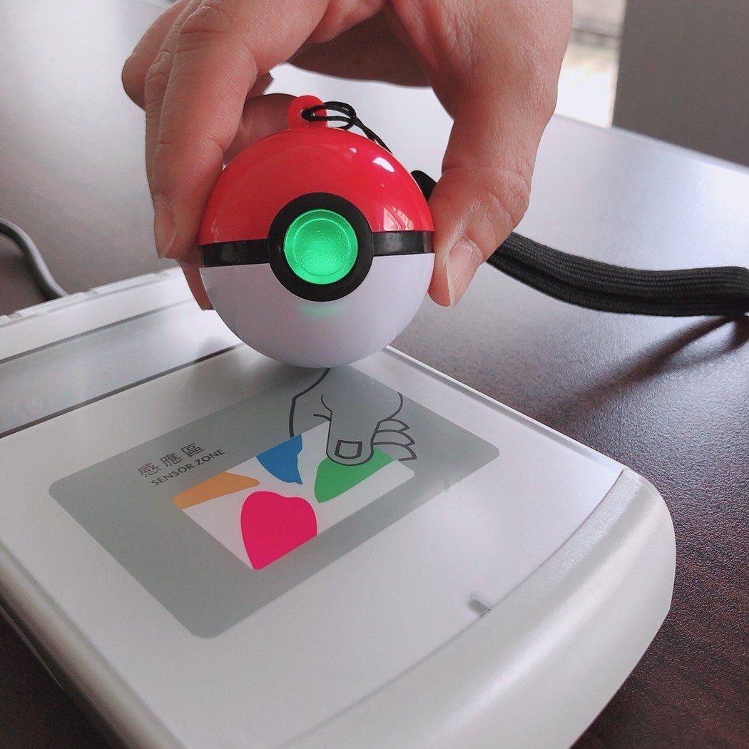 悠遊卡推出全球第一款精靈寶可夢-3D寶貝球造型悠遊卡,明起開放預購。圖/悠遊卡公...