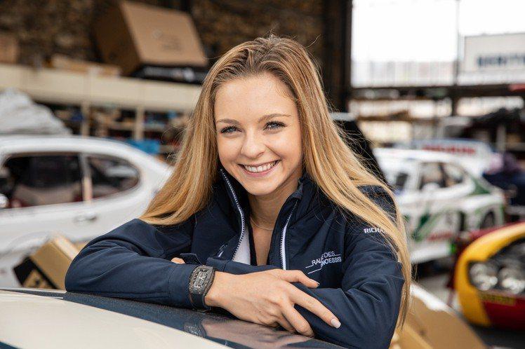 美國賽車女將Aurora Straus,在今年的公主拉力賽配戴了RM 07-01...