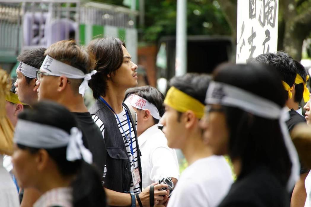 夏騰宏在「國際橋牌社」中飾演文青攝影師。圖/馬克吐溫國際影像公司提供