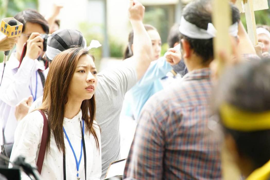 陳妤在「國際橋牌社」中飾演政治線記者。圖/馬克吐溫國際影像公司提供