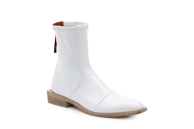 白色短靴,售價34,900元。圖/FENDI提供