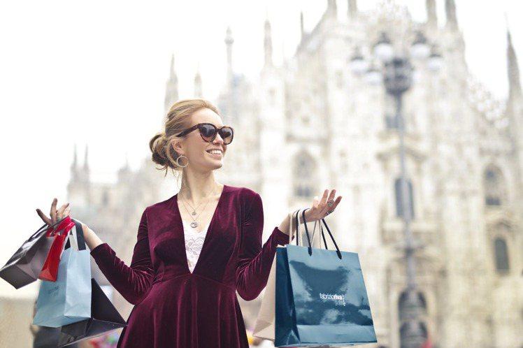 就算一個人逛街也能盡情的購物。圖/摘自pexels