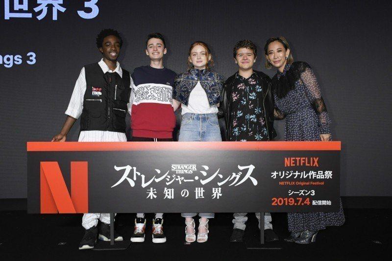 「怪奇物語」年輕演員們和日本知名攝影師、導演蜷川實花(右一)開心相會。圖/Net