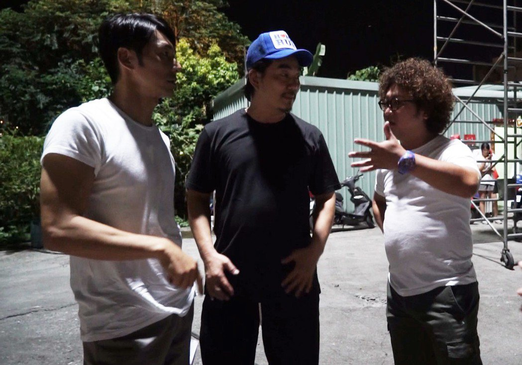 任賢齊(中)探班納豆(右)、李李仁(左)。圖/歐銻銻娛樂