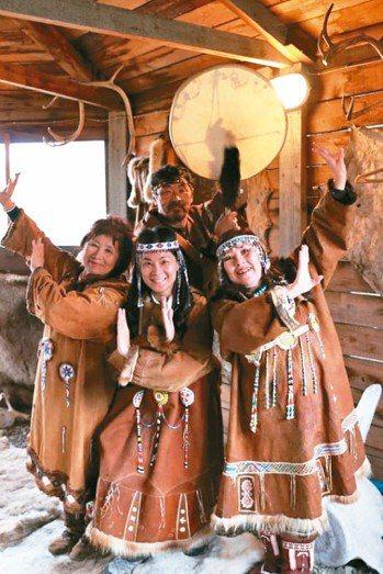 科里亞克是當地原住民,穿著鹿皮服飾表演「薩滿」概念的歌舞。 圖/大地旅行社提供