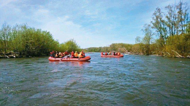 七八月搭乘氣墊船森林漂流也是觀察棕熊與鮭魚的好機會。 圖/大地旅行社提供