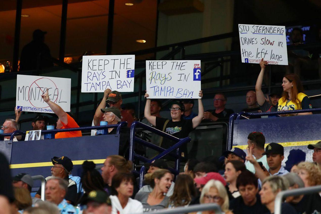 反對增設蒙特婁主場的光芒隊球迷,高舉標語表達立場。 (路透)