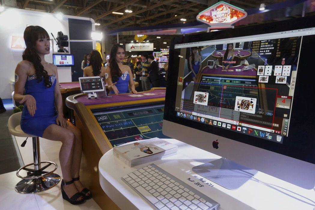 線上博弈近年成為一項興盛的產業,圖為博弈業者展示線上荷官發牌實況。 (路透)