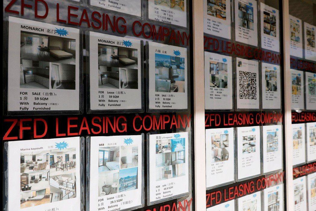 中國勞工帶動馬尼拉的房市,圖為馬尼拉房仲業者的中文租屋廣告。 (路透)