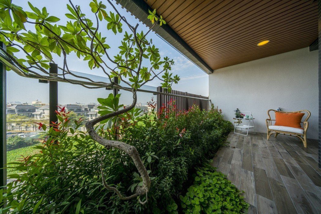 「高雄厝」計畫改變建築的微氣候,設置深景觀陽台住戶實測內外溫度,相差攝氏兩到三度...