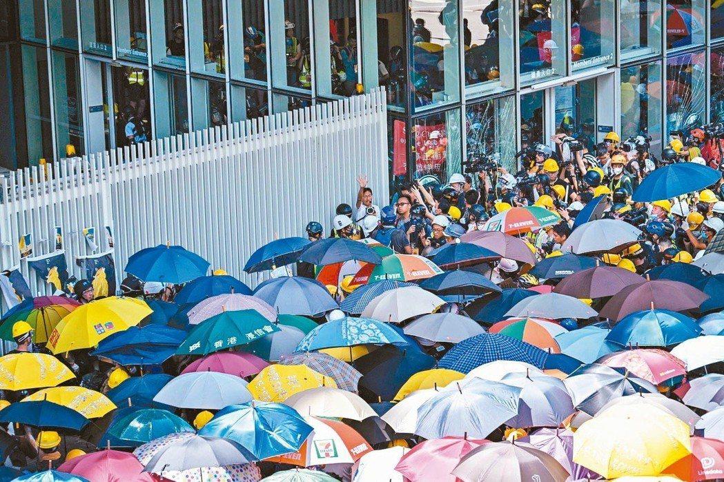 香港七一大遊行,數以萬計民眾再上街,要求撤回修例、林鄭下台。 (法新社)