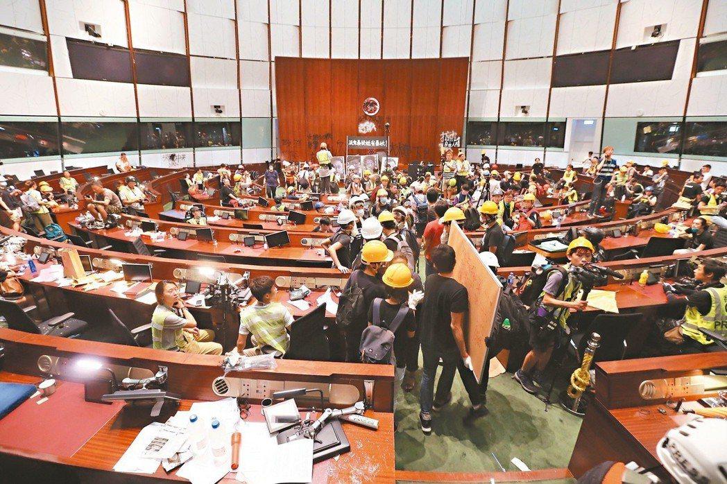 太陽花HK 香港示威群眾攻占立法會大樓議事廳,毀損設備並噴上抗議字句。 特派記者...