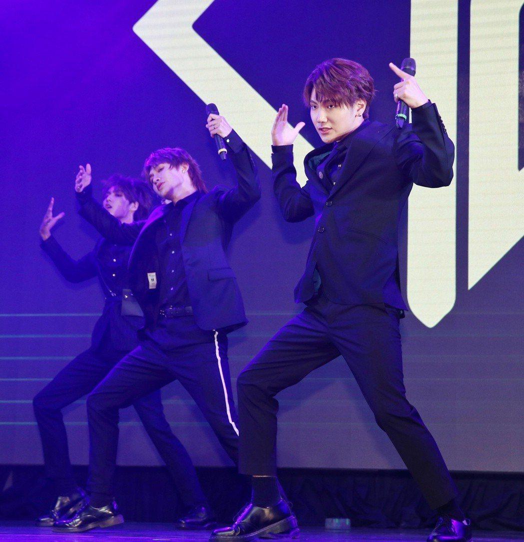 偶像組合C.T.O發表新專輯Start it,振緯(前)與團員開場帶來實力派舞蹈...