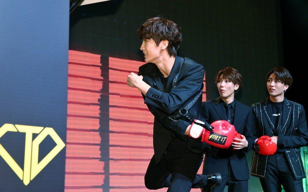偶像組合C.T.O發表新專輯Start it,團員梓鑫(前)與團員打擊拳擊機。記...