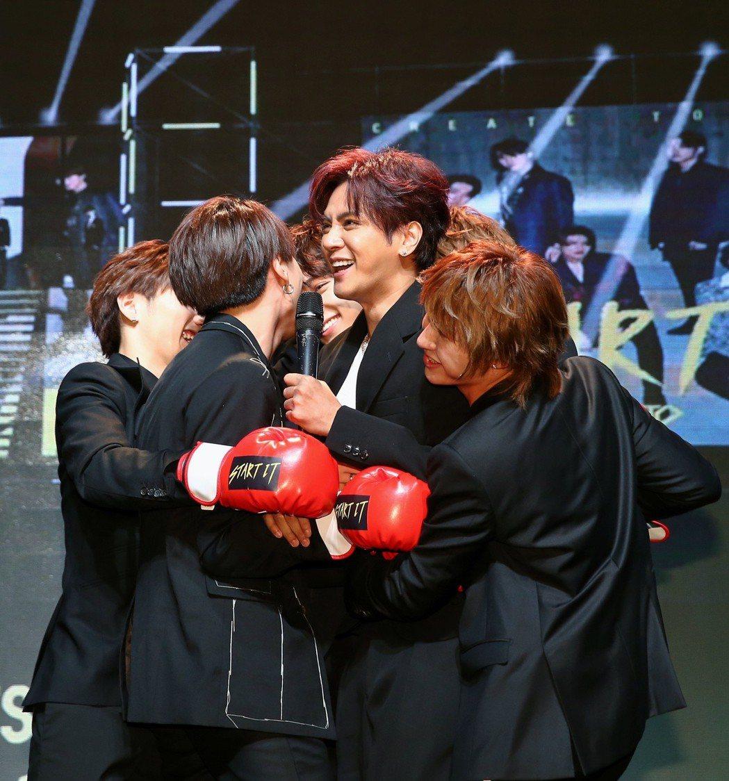 偶像團體C.T.O將舉辦演唱會及發行新專輯,團員聽到將舉辦演唱會消息,開心抱著羅...