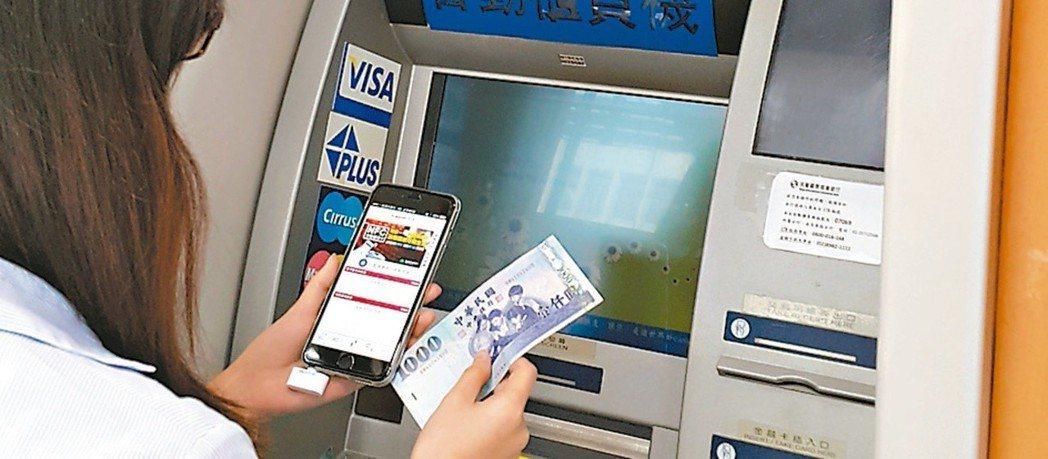 數位帳戶已成新戰場,銀行競相推出高利優存方案,向小資族招手。 圖/聯合報系資料照...