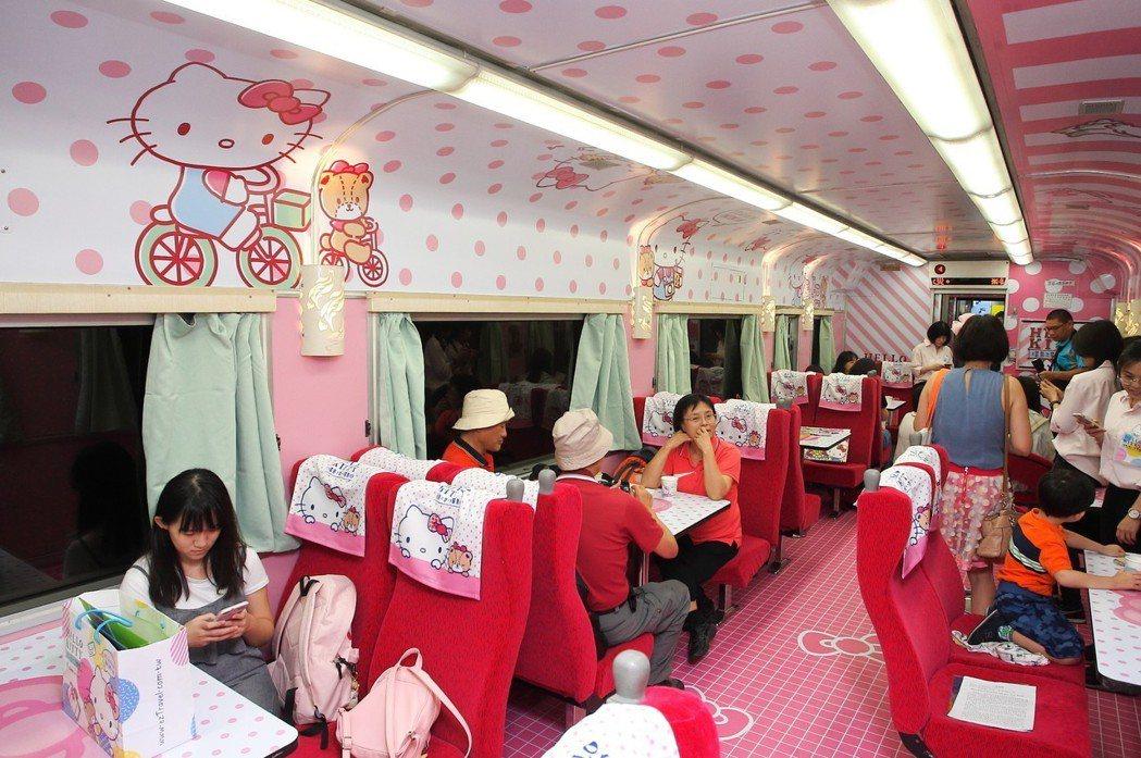 Hello Kitty列車充滿粉紅色系的餐車車廂,旅客在此能體驗DIY手作。 記...