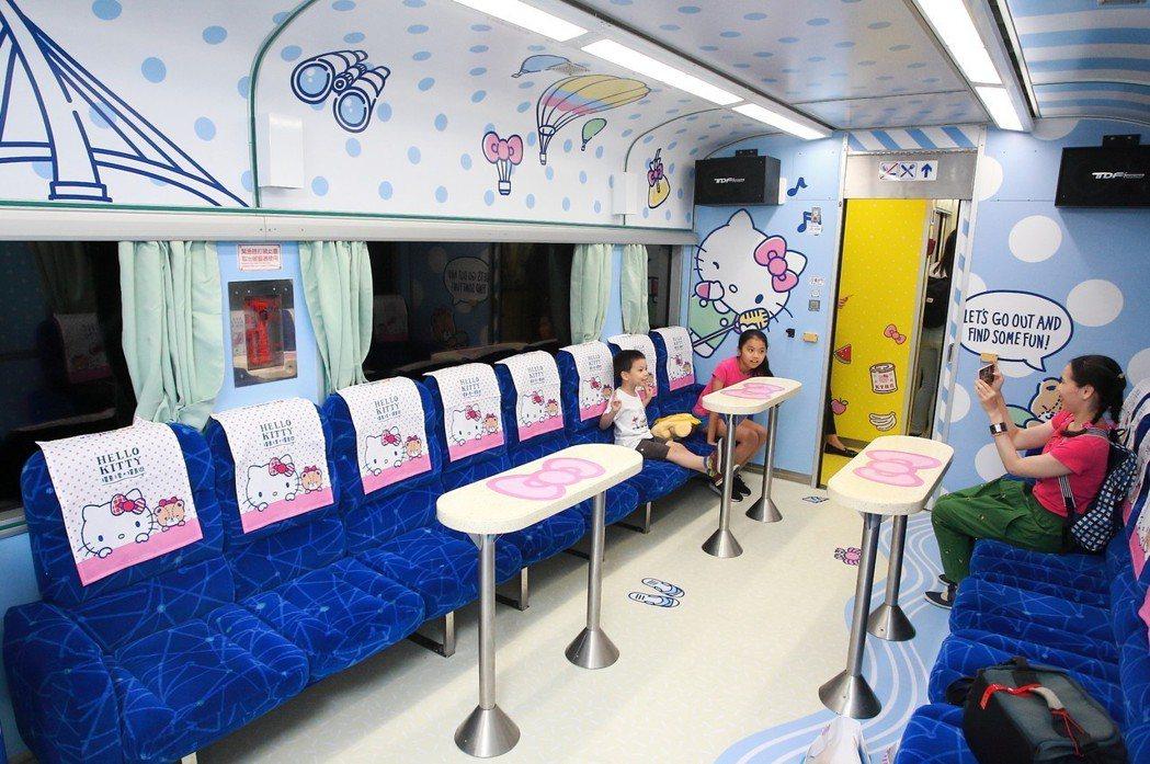 Hello Kitty列車以海洋氣息打造的卡拉OK車廂。 記者陳睿中/攝影