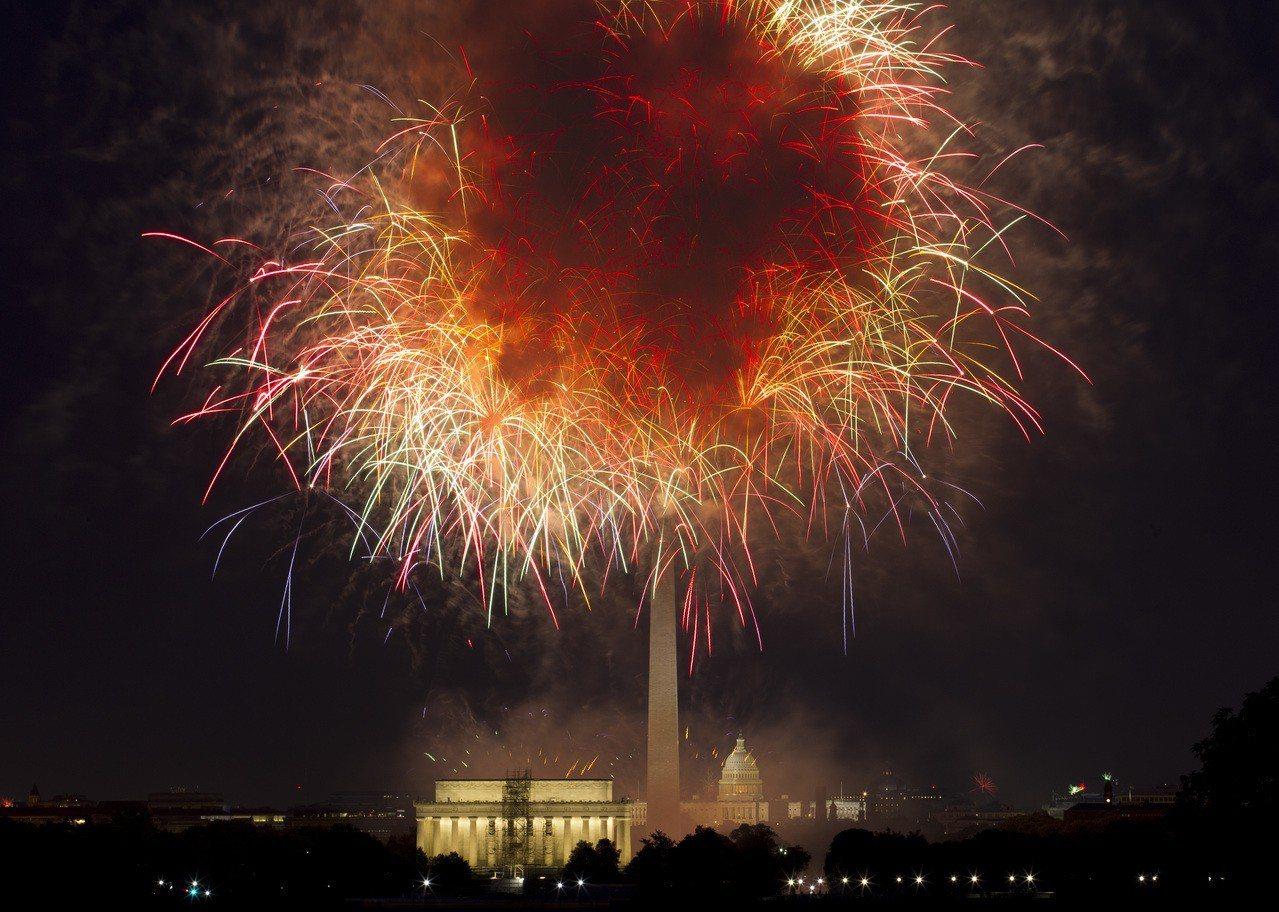 今年华府将迎来盛大的烟火,图为去年国庆华盛顿纪念碑烟火。(美联社)