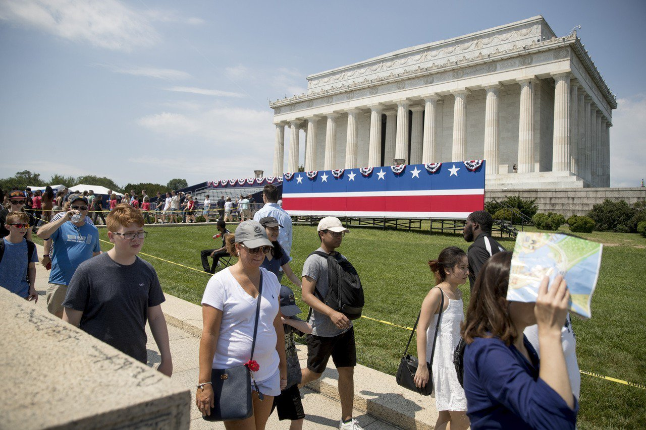 川普總統將在林肯紀念堂前面發表國慶日演說,林肯紀念堂已開始布置。 (美聯社)