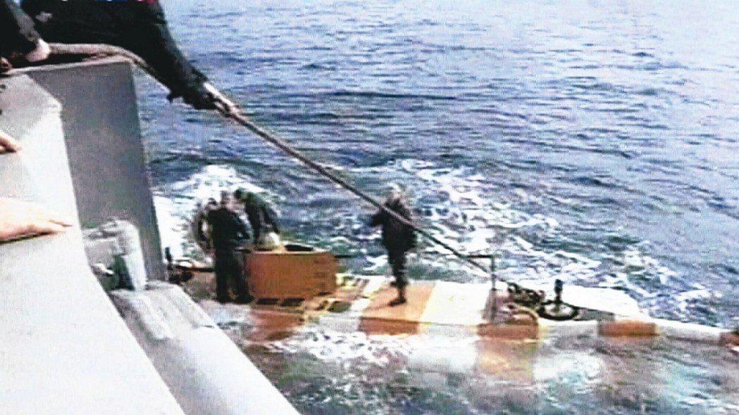 俄羅斯一艘神秘潛水器失火,14名官兵喪生。圖為俄國潛艇庫爾斯克號2000年沉沒後...