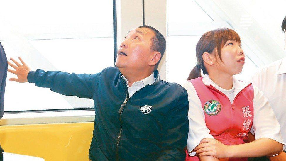 新北市長侯友宜(左)上午前往捷運新北環狀線實際乘坐列車座椅了解舒適度。 記者杜建...