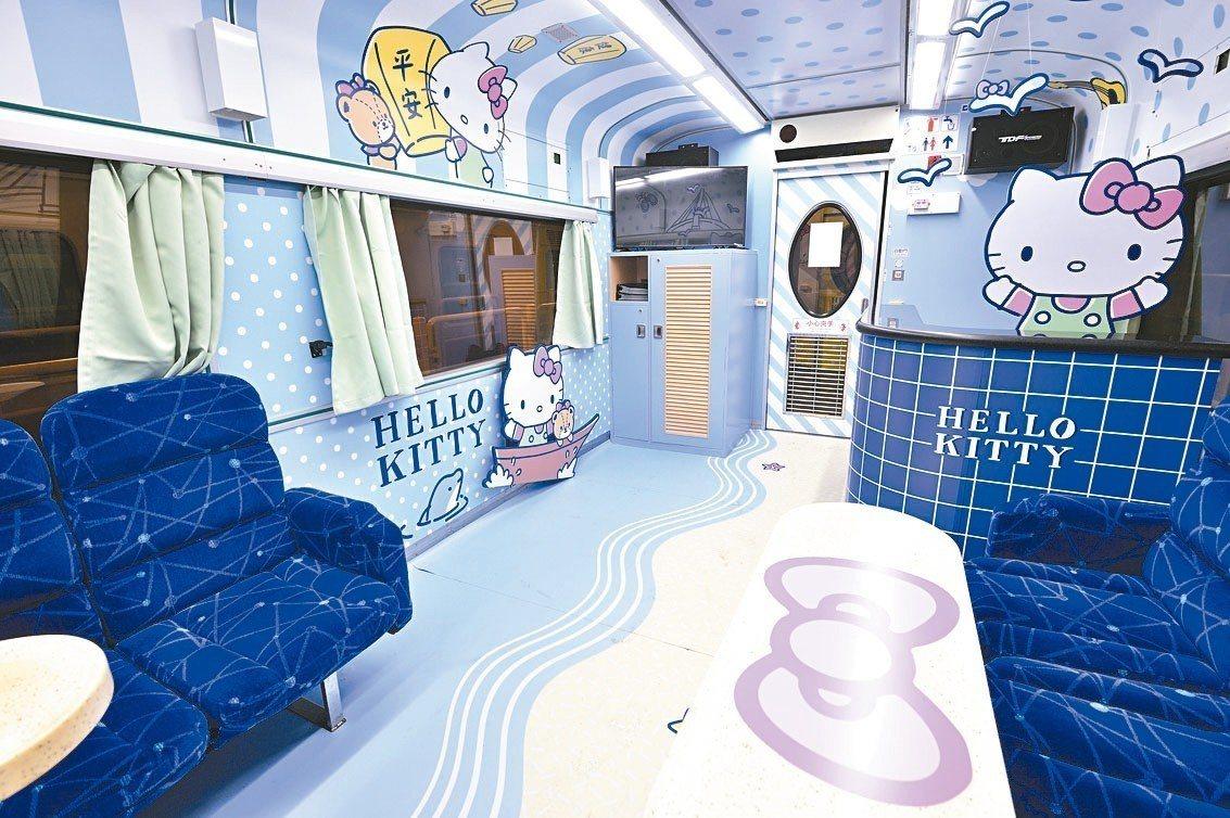 環島之星觀光列車內車廂Hello Kitty彩繪。 圖/台鐵提供