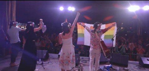 歌手舒米恩6月30日在英國Glastonbury演出時,提到台灣是亞洲第一個通過同婚的國家,並高舉彩虹旗大聲說出我們來自台灣,台下觀眾也齊聲吶喊Taiwan,讓舒米恩驕傲又難忘。原住民歌手舒米恩近期...