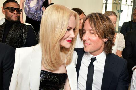 女星妮可基嫚(Nicole Kidman)日前與老公一同出席Giorgio Armani Privé 2019 秋冬高定系列大秀。而當天看秀座位的安排相當有意思,妮可基嫚一邊坐著她的真老公齊斯艾本(...