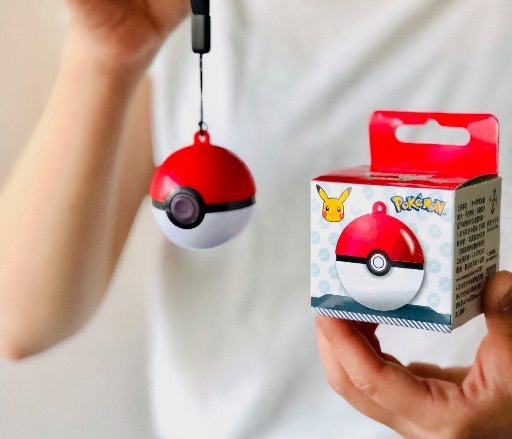 全球首款的寶貝球造型悠遊卡,由原廠授權販售,支付感應還會發光,吸引寶可夢迷瘋狂搶...