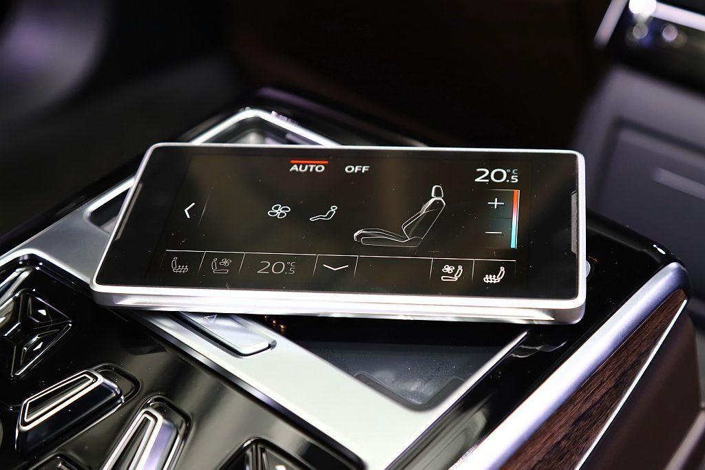全新Audi A8後座乘客可透過自由可拆卸的5.7吋OLED觸控顯示幕迅速且輕鬆...