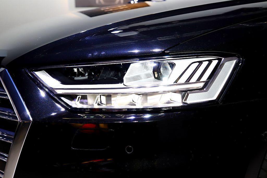 Audi HD高階矩陣式LED極光頭燈,運用32組可獨立啟閉的照明元件,無論在任...