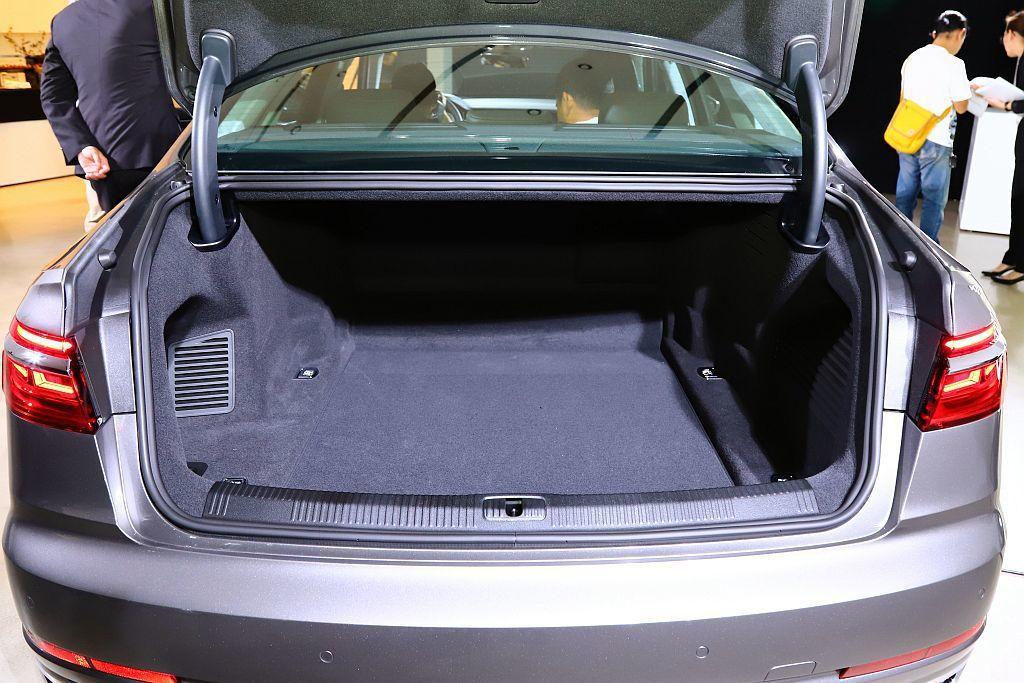 碳纖維特別運用於後座和行李箱結構,雖重量僅僅2.6kg,但可承受33%車身扭轉應...