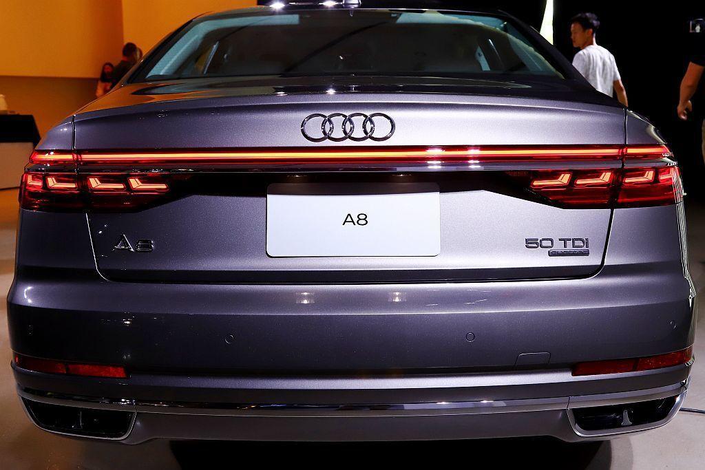 貫穿車尾兩側的細長OLED動態尾燈,利用每側包含四層極薄,由厚度不到一釐米的發光...