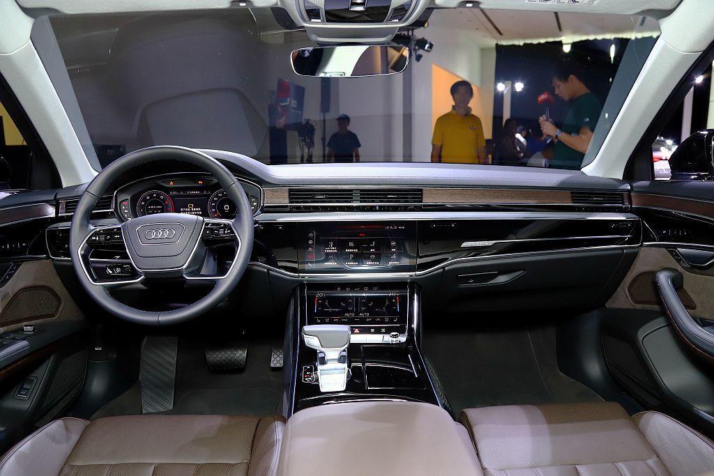 全新Audi A8捨棄大量傳統旋鈕與實體按鍵,採用新世代MMI touch re...