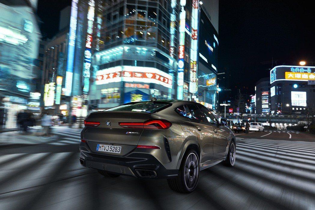 第三代BMW X6車尾造型變化相當大,同時也採用品牌最新的L型3D雕塑尾燈。 摘...