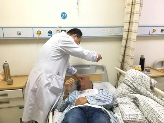 陳文斌主任在給小趙做檢查。圖取自搜狐健康