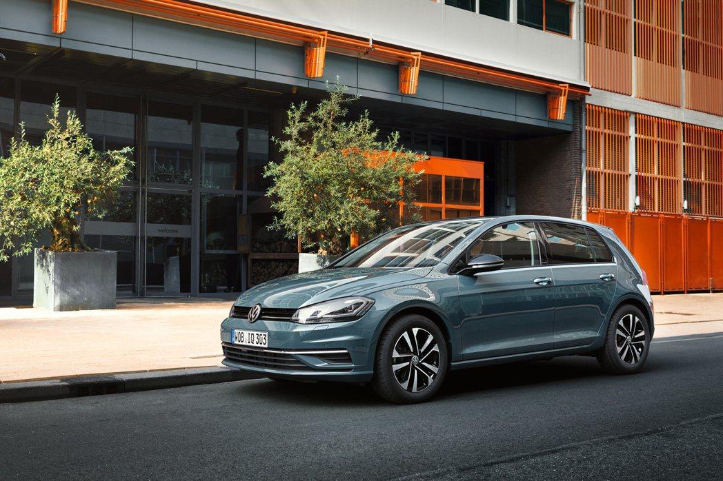 寒光隕石藍為The Golf 智能特仕版專屬車色。 圖/Volkswagen提供