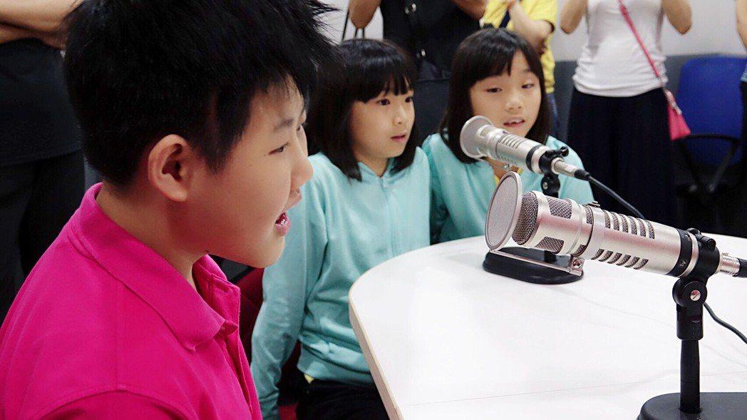 臺中市立啟明學校學生進錄音室體驗廣播錄音樂趣。
