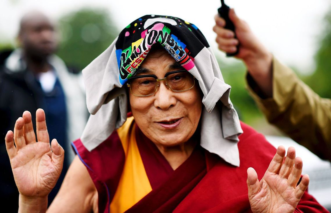 2015年,達賴喇嘛出席在英國的「格拉斯頓柏立音樂節」(Glastonbury ...