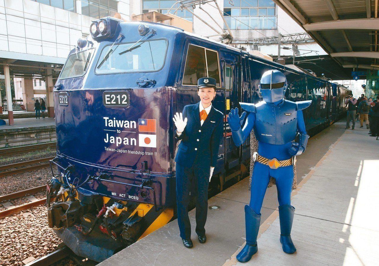 日本南海電鐵和台鐵合作推出的彩繪列車,南海電鐵吉祥物關空戰士和穿著南海電鐵制服的...