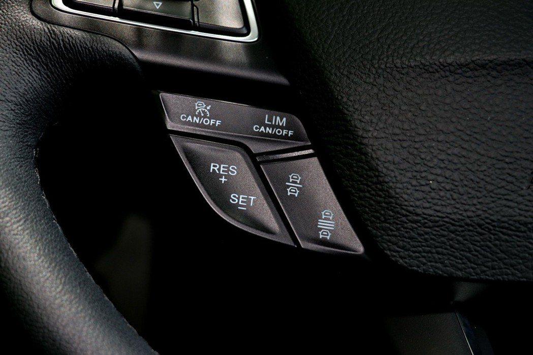 Ford Kuga EcoBoost 182 CP360型配備主動式定速巡航系統...