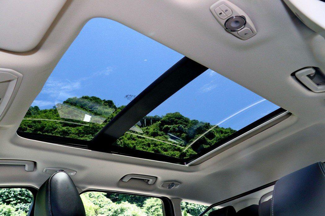 標配同級國產車少見的全景式天窗。 記者陳威任/攝影