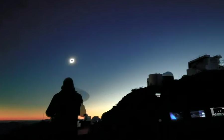 智利北部沙漠成為本次日全蝕的最佳觀測之地,該國也因睽違日全蝕已久,本次掀起一陣觀光熱潮。(photo by 網路截圖 of Youtube)