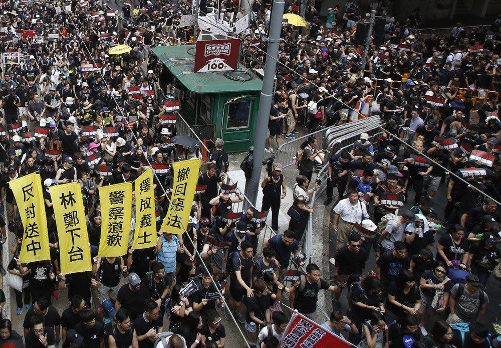許多香港年輕人未必參與過雨傘運動或魚蛋革命,但仍為了「反送中」站上街頭。攝影/郭...
