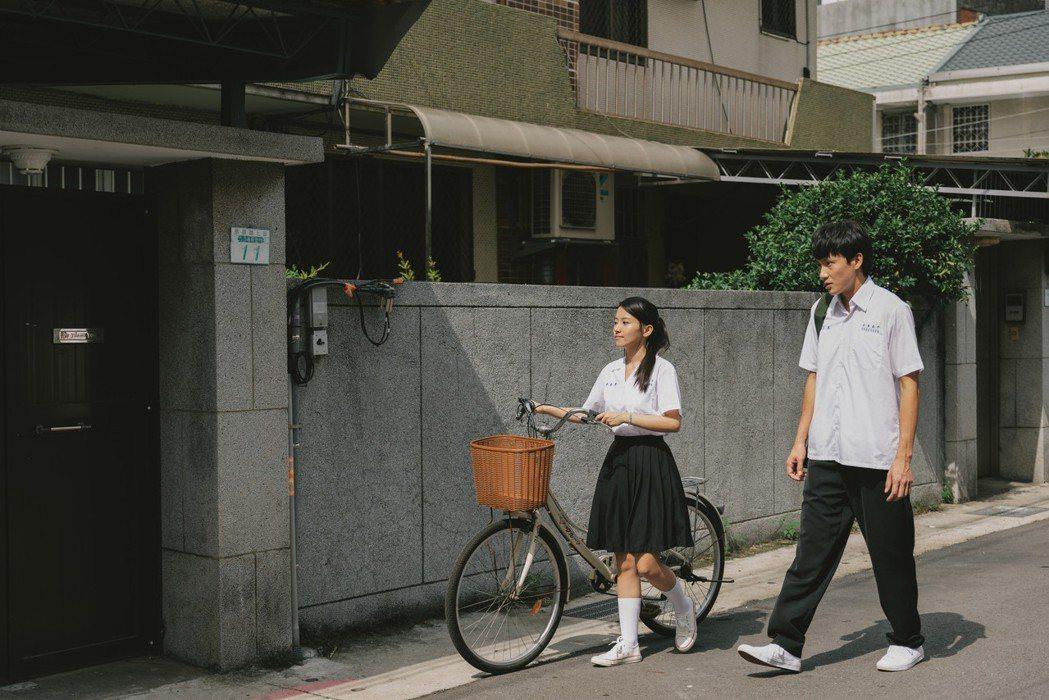 蔡瑞雪(左)和曹晏豪在「噬罪者」中存有青澀曖昧。圖/公視提供